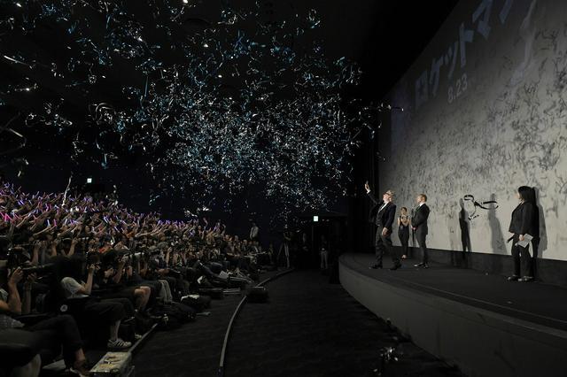 画像3: 1万個のクリスタルでド派手に輝く日比谷のブルーカーペットに降臨