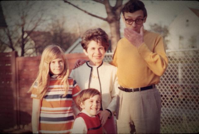 画像: 家族に囲まれ幸せそうな表情を浮かべる