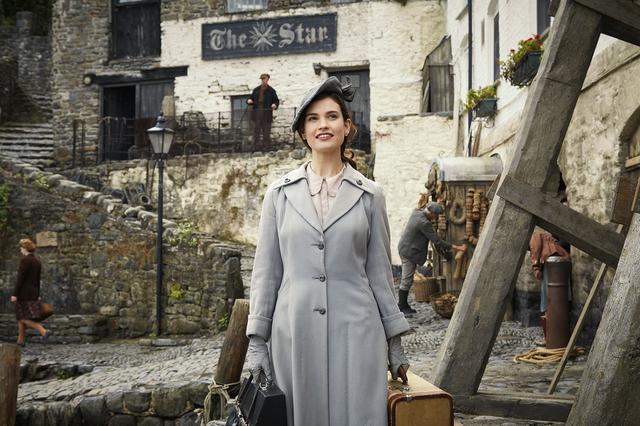 画像2: 【独占公開】女優リリー・ジェームズの美しすぎるドレス姿の映像が公開