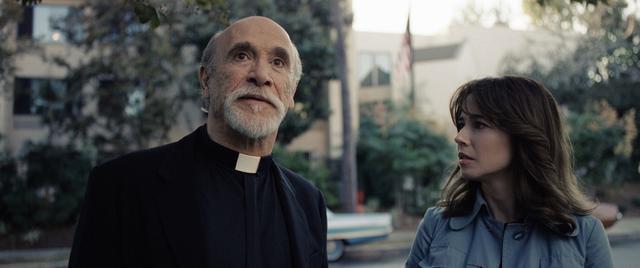 画像: ペレズ神父(左)役のトニー・アメンドーラ