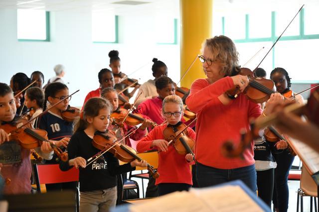画像: リハーサル中の子供たち パリ郊外のマシー・オペラハウスにて2019 年(デモス)