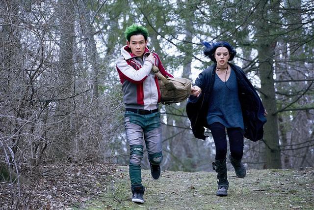 画像: ビーストボーイ役のライアン・ポッター(左)とレイブン役のティ―ガン・クロフト