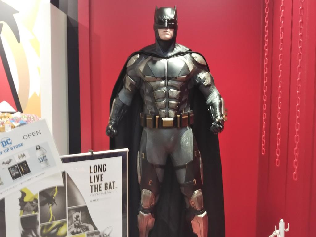 画像: 入ると目の前にバットマン等身大フィギュア!