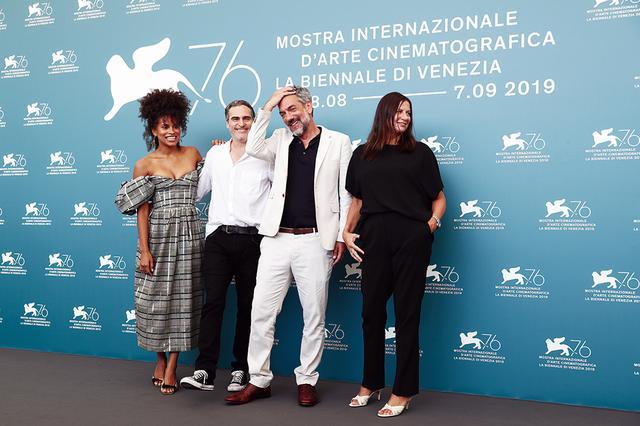 画像: ベネチア映画祭でのフォトコールに現われた「ジョーカー」一行 Photos by Getty Images