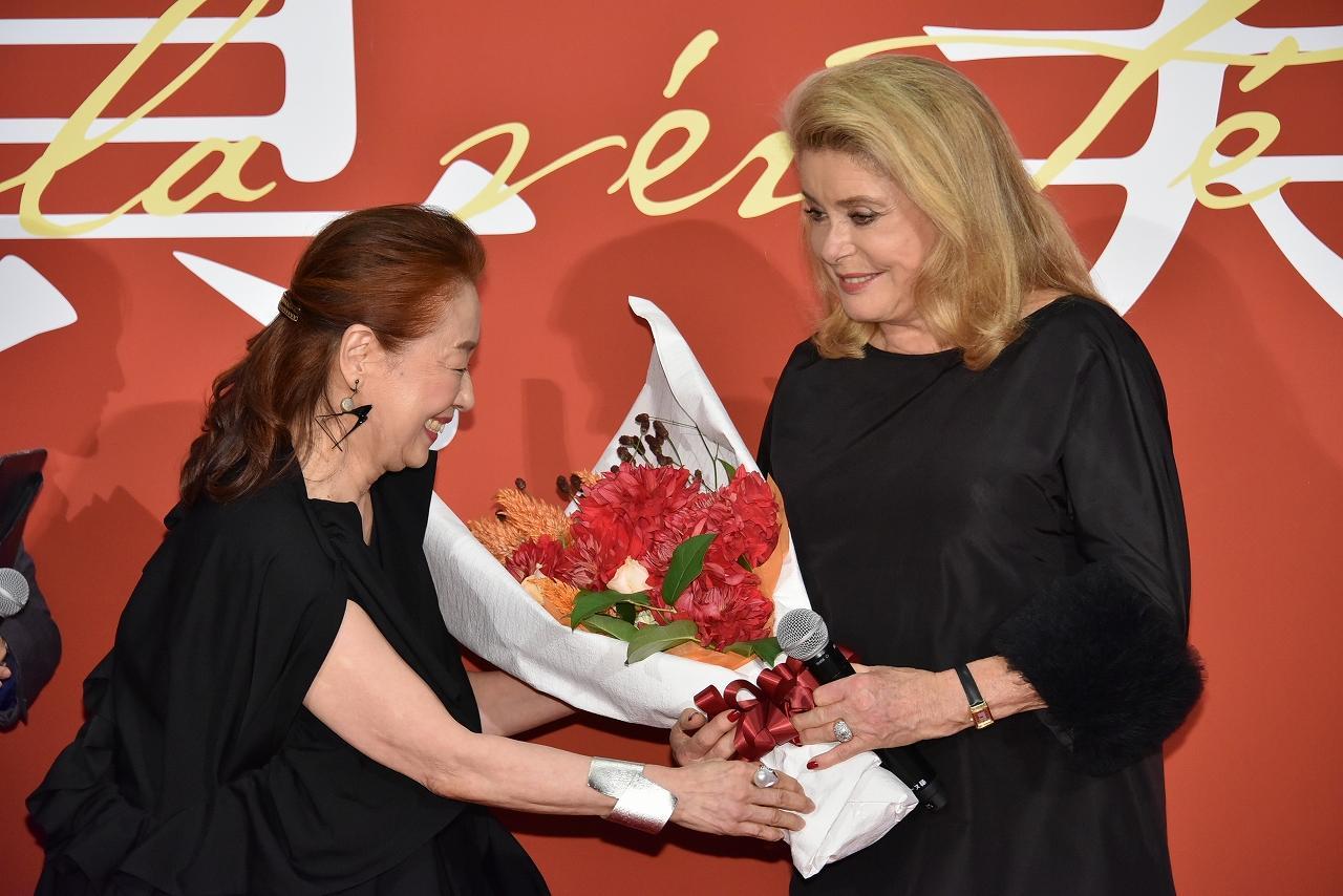 画像: 宮本信子からカトリーヌ・ドヌーヴへ花束が