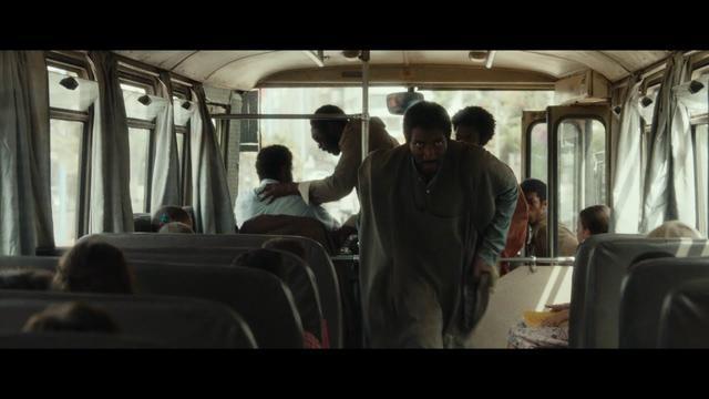 画像: 『15ミニッツ・ウォー』本編映像|衝撃のバスジャック事件発生の瞬間! youtu.be