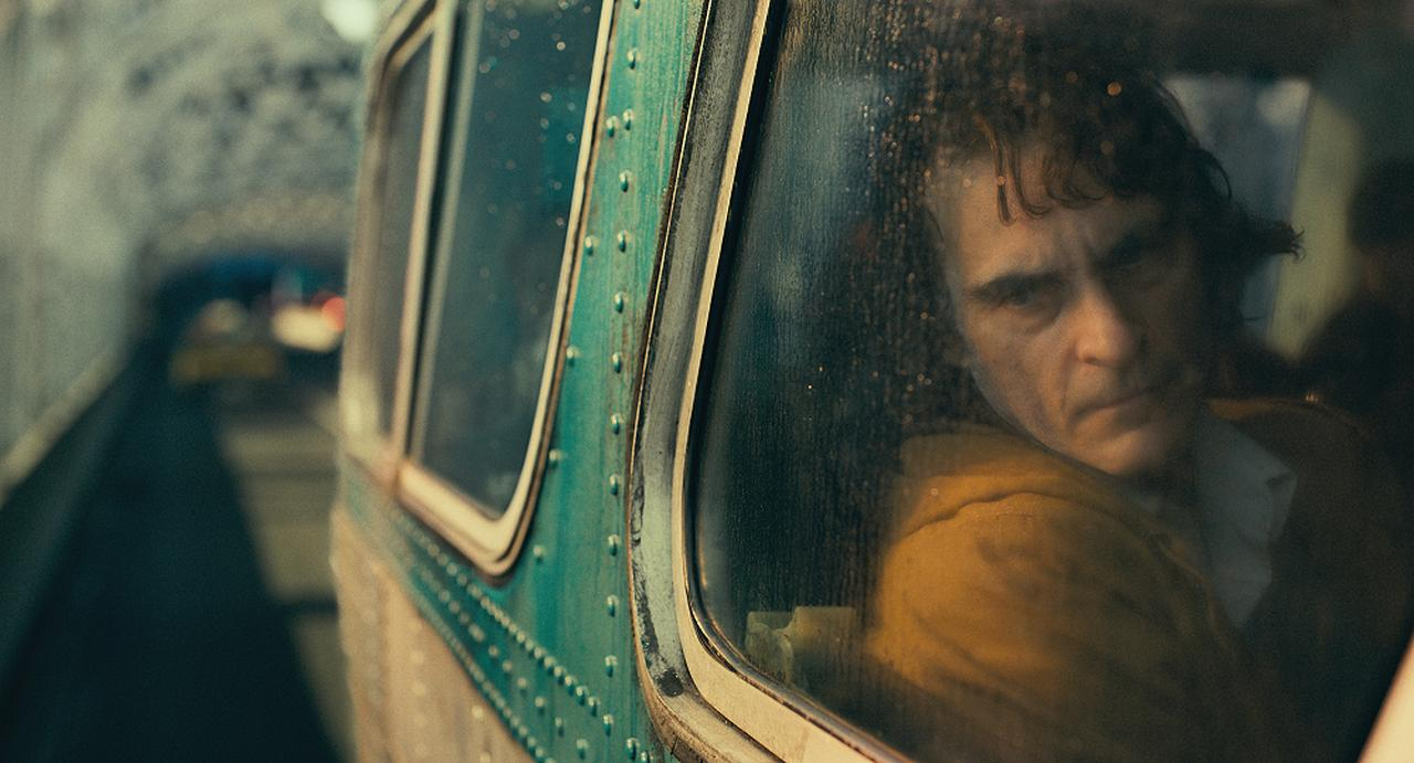 画像: 孤独な日々を送っている青年アーサー (ホアキン・フェニックス)