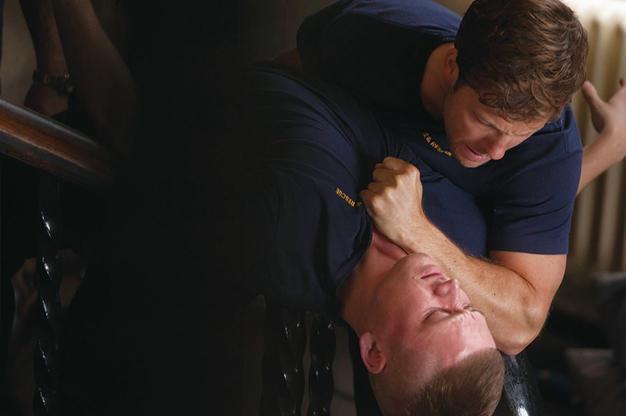 画像: タロンが演じるのは主人公と因縁のある新米消防士