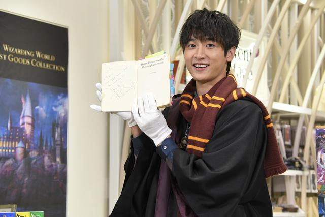 画像: 翻訳者の松岡佑子さんが読み込んでいたという原作本を手にとる小関
