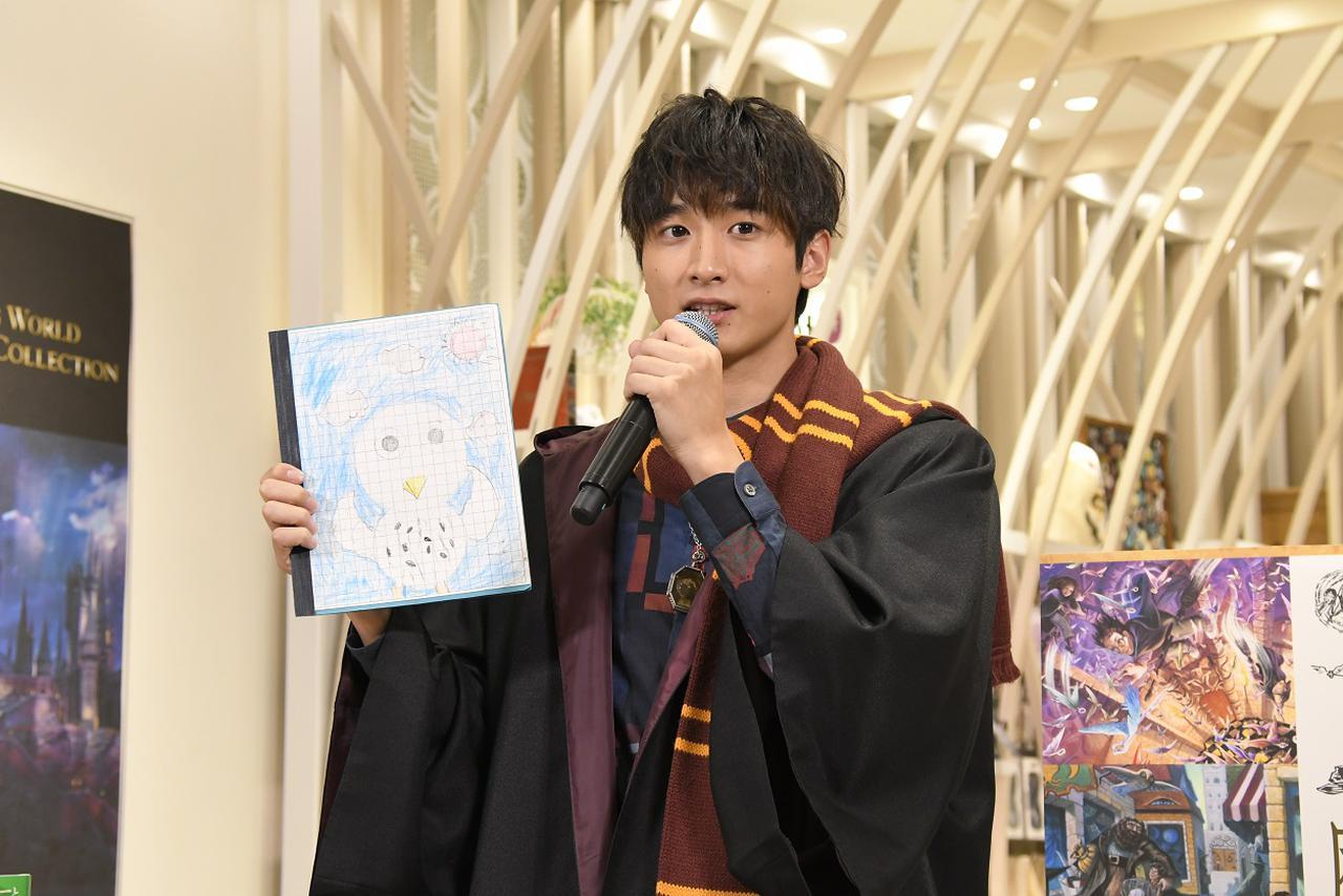 画像: 小学生の時に使っていたノートを披露する小関