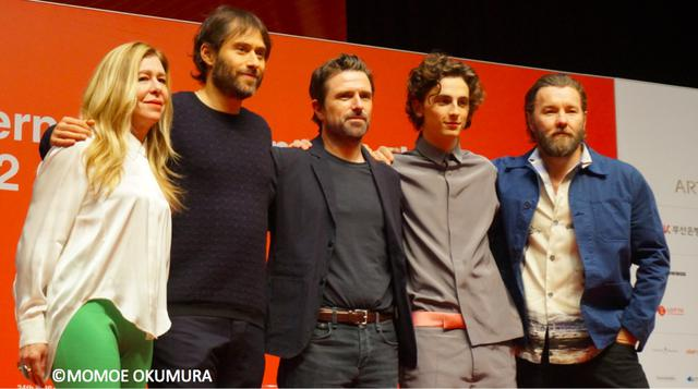 画像: 左からデデ・ガードナー、ジェレミー・クライナー、デヴィッド・ミショッド監督、ティモシー・シャラメ、ジョエル・エジャートン
