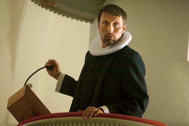 画像: 風変わりな聖職者に扮した14年前の出演作「アダムズ・アップル」 ©2019 by アダムズ・アップルLLP