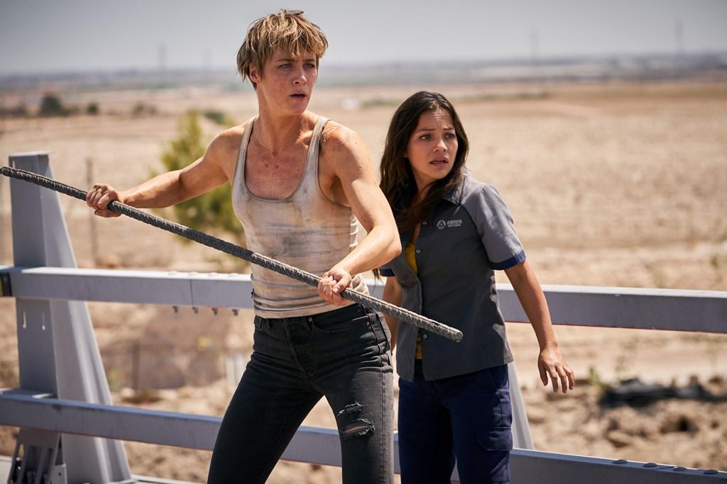 画像: 命を狙われる女性ダニーを演じるナタリア(右)と彼女の守護者グレースを演じるマッケンジー(左)