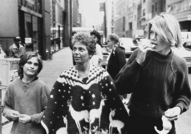 画像: 1980年代 兄リヴァー(右)、母親と一緒の幼い頃のスナップ