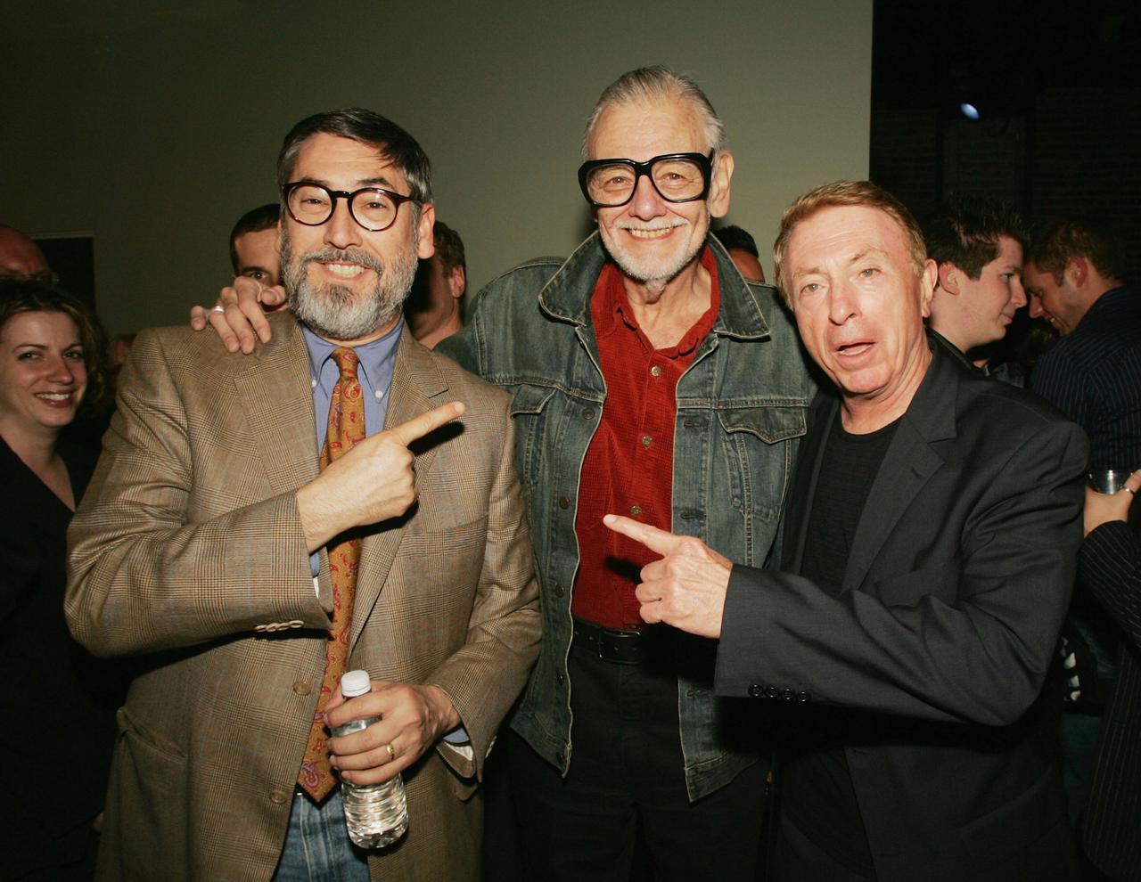 画像: ジョン・ランディス監督とラリー・コーエン監督に囲まれた在りし日のロメロ監督