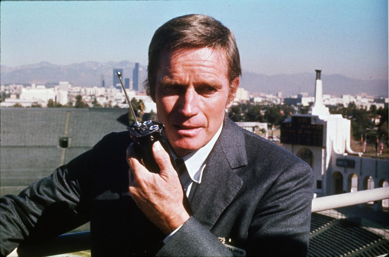 画像: 警察の指揮を執るホリー警部には、パニック映画に欠かせない名優チャールトン・ヘストン