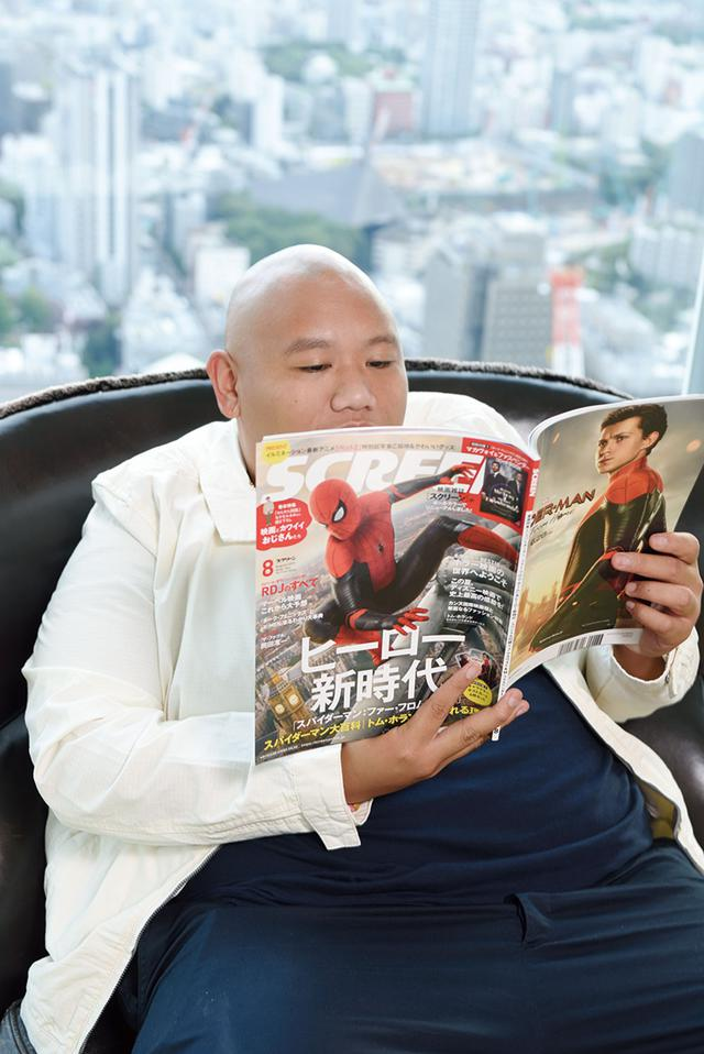 画像: スパイダーマンが表紙の本誌2019年8月号を熟読するジェイコブ君
