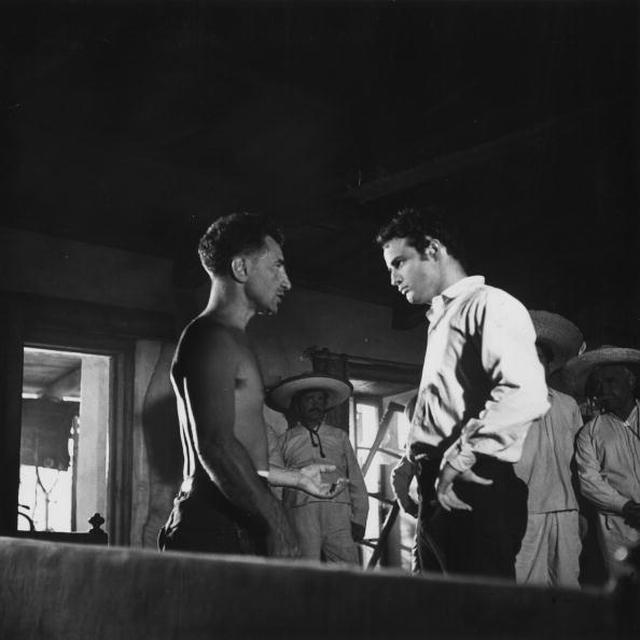 画像: マーロン・ブランド(左)とエリア・カザン監督(Photo by Hulton Archive/Getty Images)