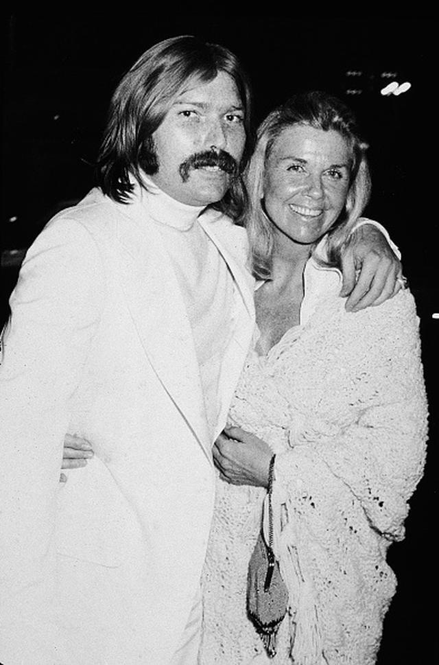 画像: 実際のテリー・メルチャーと母親のドリス・デイ(Photo by Hulton Archive/Getty Images)