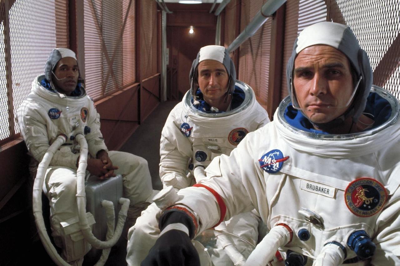 画像: 宇宙飛行士役のジェームズ・ブローリン(右)は「アベンジャーズ/エンドゲーム」のサノスなどで知られるジョシュ・ブローリンの父親