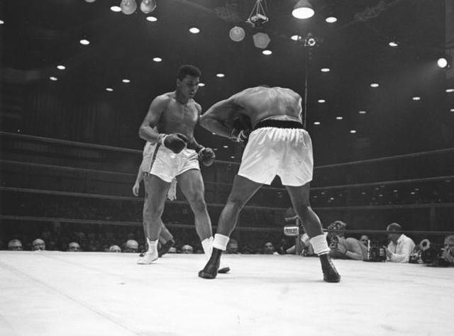 画像: 実際のカシアス・クレイとソニー・リストンの試合(Photo by Harry Benson/Express/Getty Images)