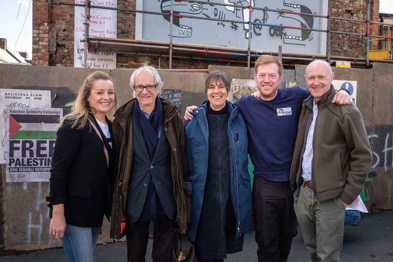 画像: 写真左から、デビー・ハニーウッド、ケン・ローチ監督、レベッカ・オブライエン、クリス・ヒッチェン、ポール・ラヴァティ