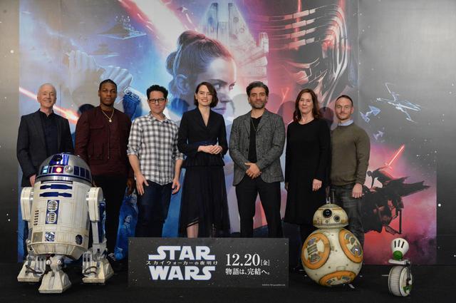 画像: 向かって左から、C-3PO役アンソニー・ダニエルズ、ジョン・ボイエガ、J・J・エーブラムズ監督、デイジー・リドリー、オスカー・アイザック、キャスリーン・ケネディ、脚本家クリス・テリオ