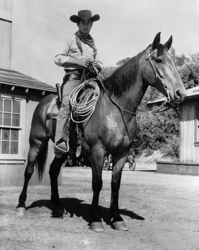 画像: 「ララミー牧場」を撮影中のロバート・フラー (Photo by L. J. Willinger/Keystone Features/Getty Images)