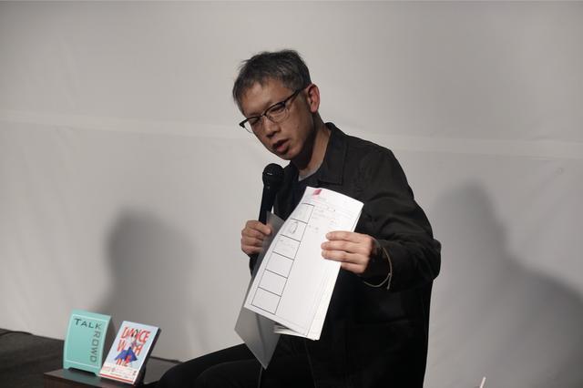 画像: 『ダンスウィズミー』絵コンテを説明する矢口監督