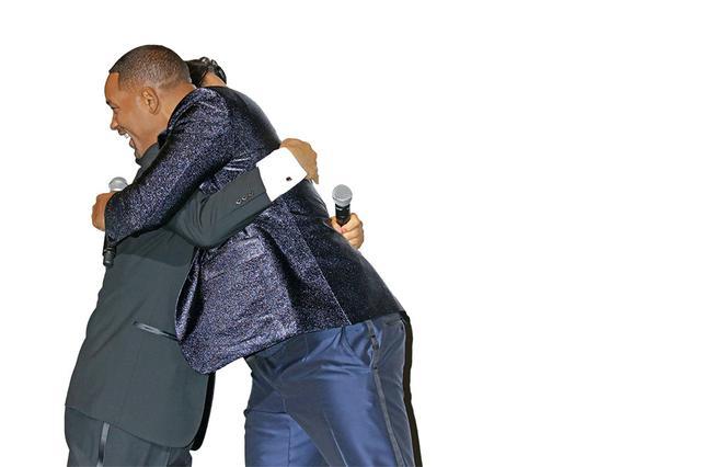 画像: 「ジェミニマン」のイベントで山寺宏一と再会のハグ