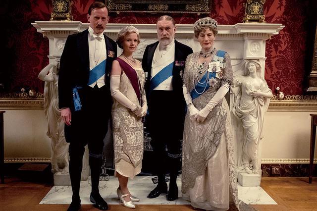 画像: 左から: ラッセルズ卿(アンドルー・へーヴィル) メアリー王女(ケイト・フィリップス) ジョージ5世(サイモン・ジョーンズ) メアリー王妃(ジェラルディン・ジェームズ)