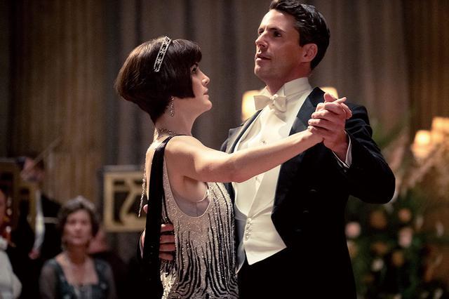 画像: 舞踏会でのメアリーのドレスは、モスリンにビーズがついた印象的なデザイン