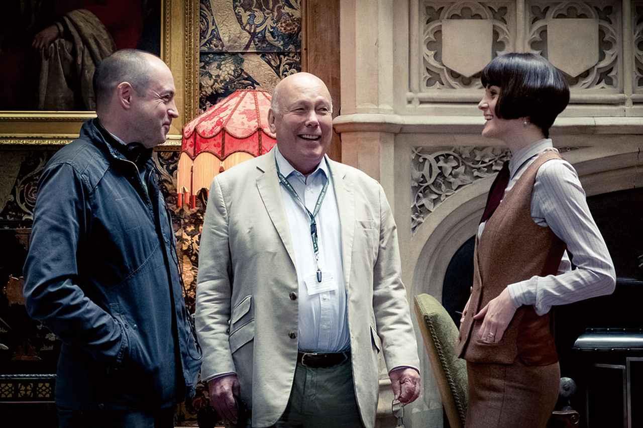 画像: ミシェル・ドッカリーと談笑中のジュリアン・フェローズ(中央)