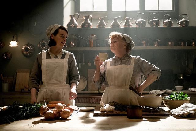 画像: 右:料理長 パットモア(レスリー・ニコル) 左:料理長助手 デイジー(ソフィー・マクシェラ)