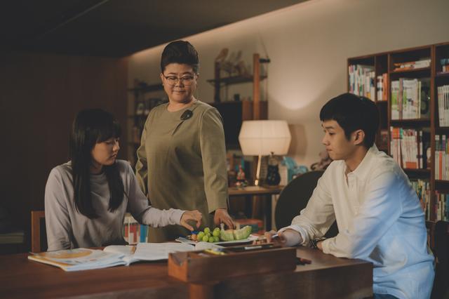 """画像: 高台の豪邸に住むパク家にまず息子が家庭教師として""""寄生""""開始"""