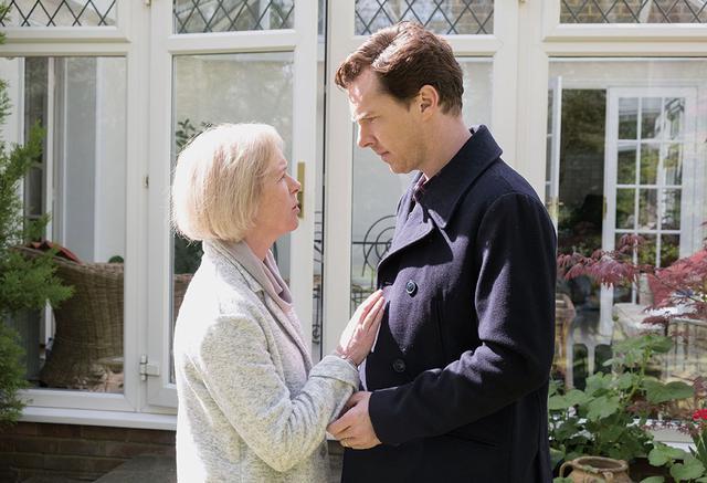 画像: 親子の絆を強く信じるスティーヴンの母は、孫娘はきっと見つかるはずだと息子を励ます。