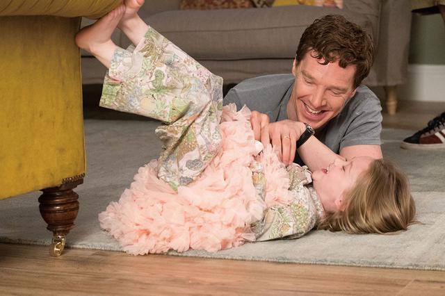 画像: ケイトを可愛がるスティーヴン。家で仕事をする彼は娘と一緒に過ごすことが日常だった。