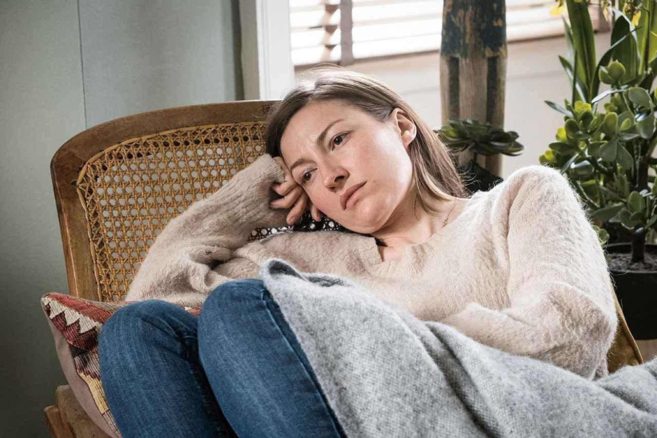 画像: 娘が行方不明になりスティーヴンが必死に探す中、無気力になり家に引きこもるジュリー