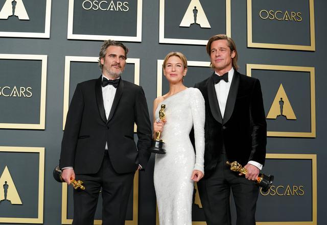 画像: 受賞者のホアキン・フェニックス、レネー・ゼルウェガー、ブラッド・ピット Getty Images