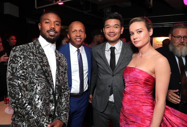 画像: 『黒い司法 0%からの奇跡』の出演者・監督に囲まれた弁護士ブライアン・スティーブンソン(中央左)