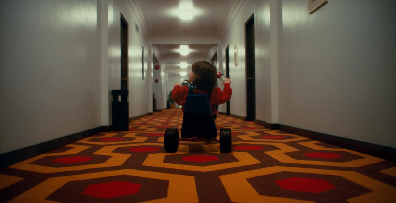 画像: ユアン・マグレガー演じるダニーの子供の頃のシーンも登場