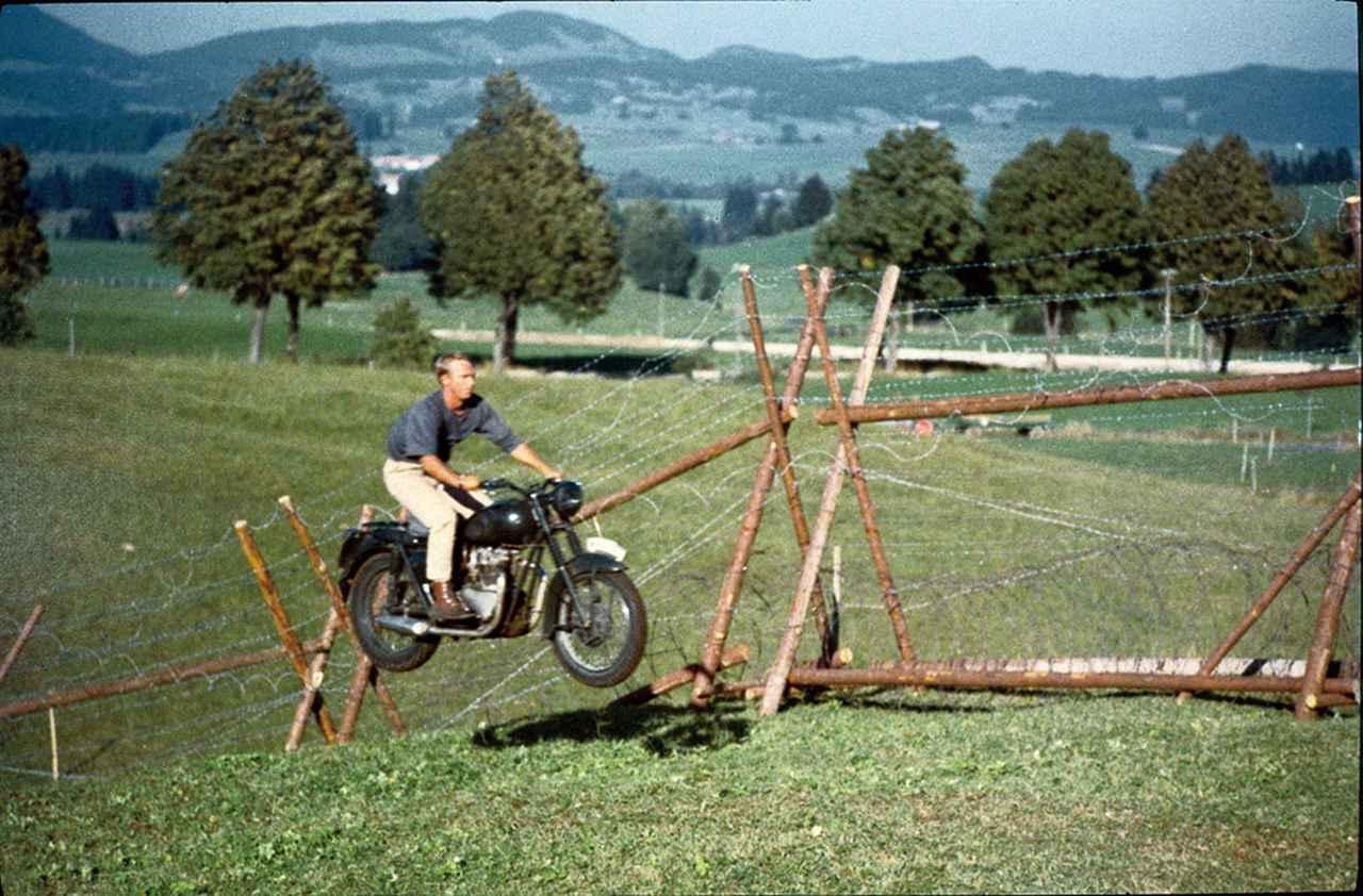 画像: らバイクスタントをこなした マックイーン
