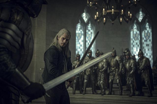 画像: ヘンリー・カヴィルが演じるのは魔物狩りの名手