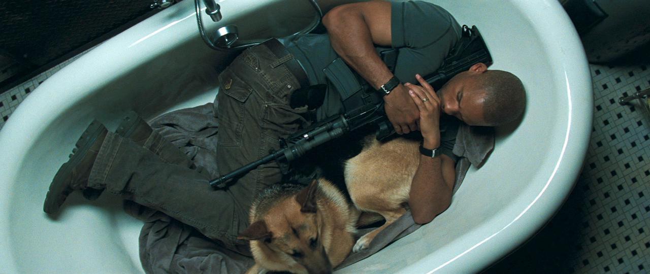 画像: バスタブの中でピッタリと身を寄せ合って眠るネビル&サム
