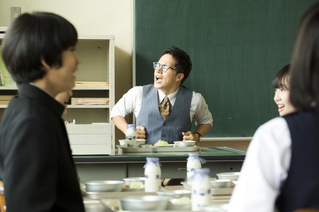 画像: 給食前にノリノリで校歌を歌う甘利田先生(市原隼人)
