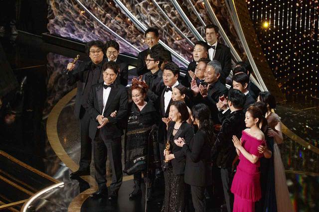 画像: アカデミー賞授賞式で作品賞受賞に沸く「パラサイト」チーム