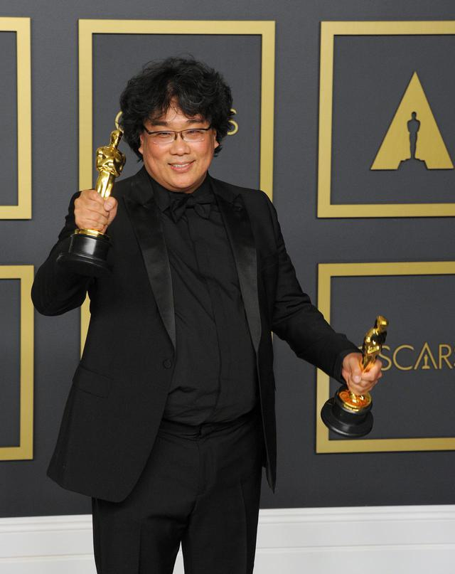 画像: オスカー像を複数抱えたポン・ジュノ監督