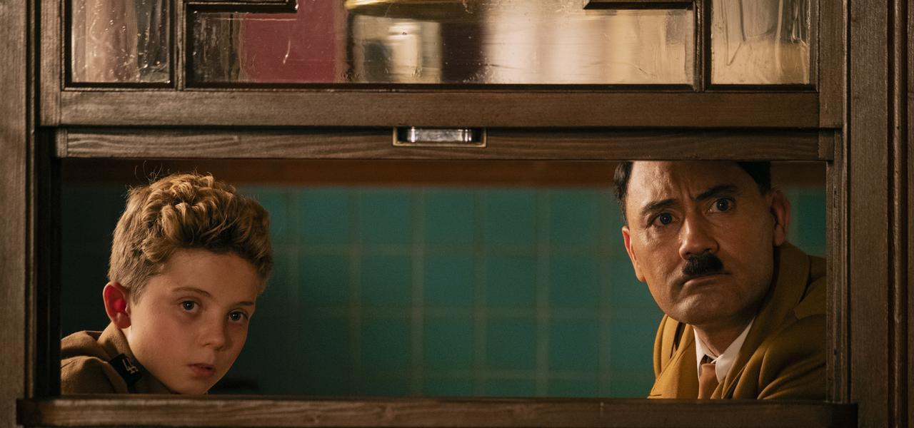 画像: ヒトラー役を務めたワイティティ監督(右)とジョジョ役のローマン・グリフィン・デイビス