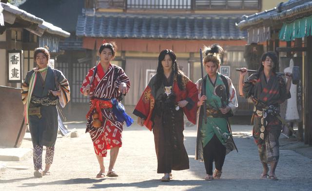 画像: 左から:伝吉(北川尚弥)、一八(押田岳)、久坂幻士郎(鈴木拡樹)、権左(松浦司)、 義助(松本寛也)