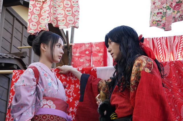 画像: (右)久坂幻士郎(鈴木拡樹)と(左)お藤(鈴木絢音:乃木坂46)見つめ合う様子